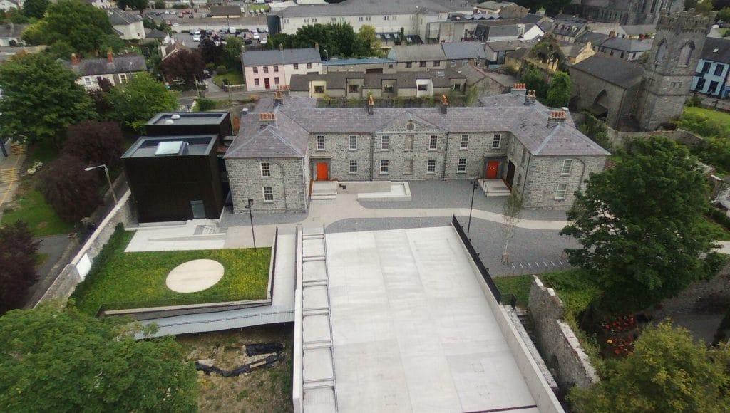 Vue à vol d'oiseau d'Evans Home, un bâtiment en H qui a été largement restauré sur près de 10 ans. À gauche : les deux nouveaux pavillons. Kilkenny, Butler Gallery at Evans Home. Photo : Kilkenny County Council